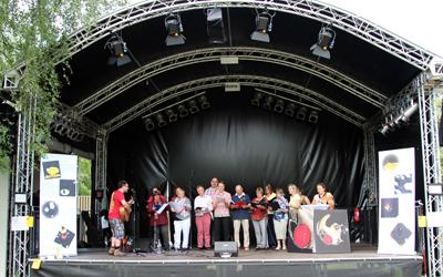 Auf der Bühne West der IGS: Cosia Immerscheen mit dem Chor Grenzenlos der Michaelisgemeinde in Hamburg Neugraben