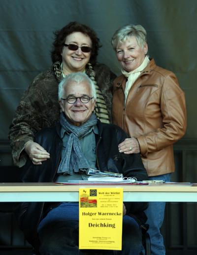 """Holger Waernecke war an diesem nachmittag der """"Deichking"""". Hinter ihm (von links) Johanna Renate Wöhlke mit der Besucherin Heike Greff"""