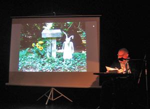 Der Schriftsteller Uwe Friesel stellte im Logensaal der Hamburger Kammerspiele Anna Bardis literarischen Nachlass vor.