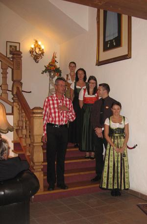 Helmut Kreidl stellt den neuen Gästen das Team vor