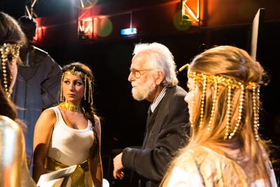 50 Jahre auf der Bühne: Hans-Peter Kurr inmitten des Ensembles