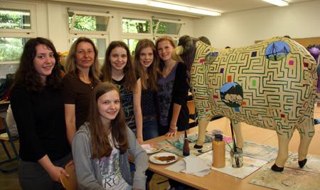 Begeisterte Schüler gestalten die Heidschnucken gemeinsam mit der Lehrerin Tanja Jaffal  ( zweite von links hinten)