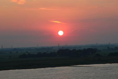 Die Elbe empfängt die Queen mit einem prächtigen Sonnenaufgang