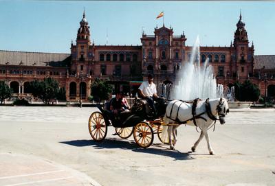 Manuel kutschiert Touristen zu den Attraktionen von Sevilla. Dazu gehört auch die Plaza de Espana mit ihrem halbrunden Prachtbau.