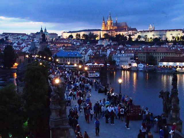 """Postkartenblick zur """"blauen Stunde"""" vom Altstädter Brückenturm auf Karlsbrücke und Burg"""