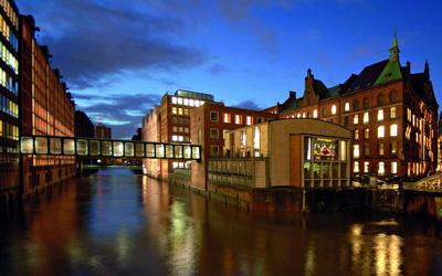 .Die Gebäude des Ameron Hotels in der Speicherstadt sind durch eine verglaste Eisenbrücke über das Brooksfleet verbunden