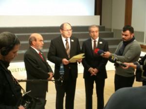 BM Schmidt übergibt im Auswärtigen Amt in Berlin das Abschlusskommuniqué  an FAO-Generaldirektor da Silva und Agrarminister Eker für die Türkische Ratspräsidentschaft der G 20 am 17.01.2015