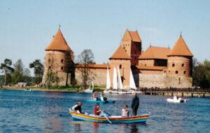 Vor der Stadt liegt die mittelalterliche Wasserburg von Trakai. Sie gehört zu den bekanntesten Sehenswürdigkeiten in Litauen.