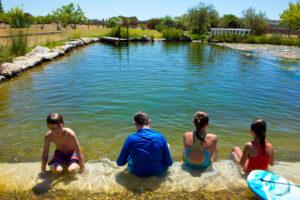 Familie beim Schwimmteich