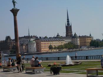 Blick vom Pier auf Riddarholmskyrkan, die königliche Begräbniskirche