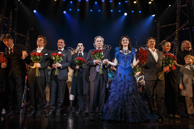 Starkomponist Andrew Lloyd Webber inmitten der Darsteller auf der Bühne beim Schlussapplaus der Deutschlandpremiere des Stage Musicals LIEBE STIRBT NIE - PHANTOM II im Stage Operettenhaus in Hamburg am 15. Oktober 2015. Photo: Stage Entertainment/ Morris Mac Matzen