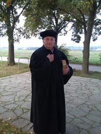 Im Luther-Gewand führt Reiner Bosecker Touristen zu Stätten, die eine zentrale Rolle im Leben des Reformators spielten.