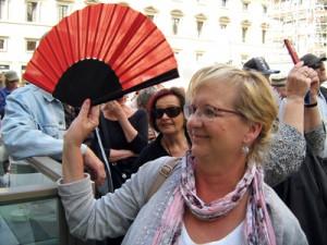 Sabine Witt mit dem roten Fächer