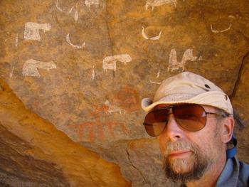 Der Autor an geheimnisvollen Felszeichnungen in der Sahara (Norddschad).