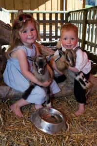 Kinder mit Babyziege