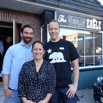 "Konstantin Elser (rechts) mit seinen Geschäftspartnern Stephanie Krimmler und Philipp Röhrl vor dem Restaurant ""The Vegan Eagle"" in Hamburg-Langenhorn"