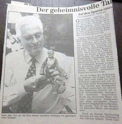 Carlheinz Hollmann mit dem Talilsman von Ida Ehre