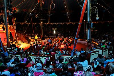 """Circus Roncalli: Nina Weger liest aus ihrem neuen Buch """"Trick 347 oder Der mutigste Junge der Welt"""" vor 500 Kinder von Hannoverschen Schulklassen mit anschließender """"Lese Rallye"""""""