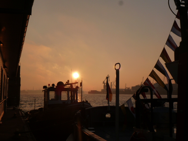 Der Hafen erwachte bei klirrender Kälte