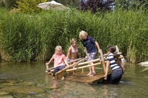 Kinder beim Flossfahren