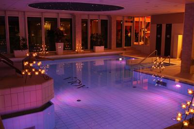 Romantik im Kerzenschein im Schwimmbad