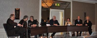 auch kompetent in der Geschichte der DAP: Beim 60. Jubiläum 2011 sitzt Ruth Geede auf dem Podium ( von links: Wolfgang Bremke, Präsidentin Johanna Renate Wöhlke, Dr. Sybil Schlepegrell, Beirat Hans-Peter Kurr, Ruth Geede, Günther Falbe, Vizepräsidentin Uta Buhr)