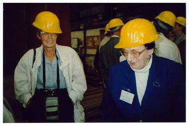 Ruth Geede auf einer DAP Fahrt zur Meyer Werft nach Papenburg 1997 - gut behütet!