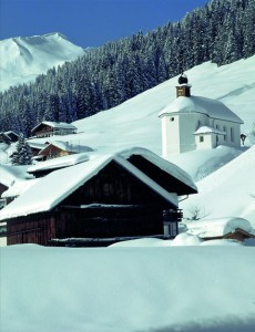 Ein beliebtes Wanderziel ist die kleine Bergkirche St. Martin in Baad