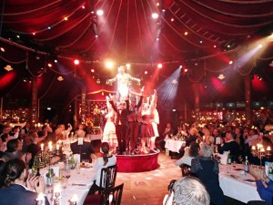Begeisterte Gäste feiern das Artisten-Ensemble