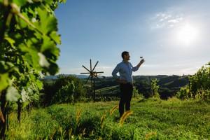 Andreas Muster kostet den Wein