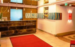 Mit künstlerischer Note: Lobby und Rezeption des Hotels