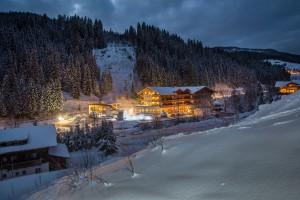 alpenhof_filzmoos_winterliche_aussenansicht_c_fotodesigndavid_landhotels_at_landhotels_oesterreich